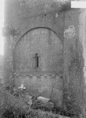 Eglise - Détail extérieur, petite fenêtre