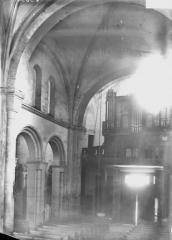 Ancienne abbaye - Eglise, première travée de la nef, orgues