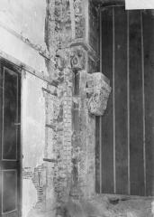 Cathédrale et cloître - Colonnes et chapiteaux d'un portail intérieur