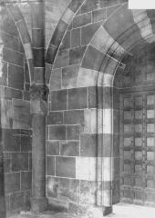 Petite église attenant à la cathédrale (Eglise Notre-Dame) - Piédroit de porte