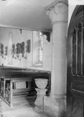 Eglise - Colonne et chapiteau, bénitier
