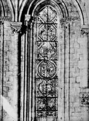 Cathédrale Saint-Maurice - Vitrail, fenêtres et chapiteaux intérieurs