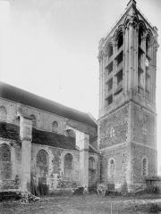 Collégiale Saint-Martin - Partie de la nef et clocher, au nord