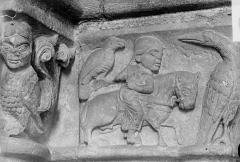 Ancienne collégiale Saint-Ours - Porche, détail de sculpture, le fauconnier