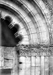 Eglise de Châtres - Portail de la façade ouest : archivolte et chapiteaux, côté droit
