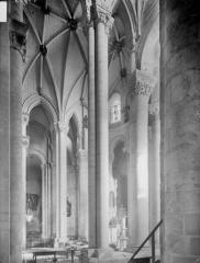 Ancienne abbaye Saint-Pierre - Eglise, choeur, vue diagonale