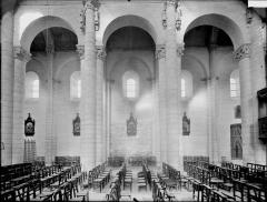 Ancienne abbaye Saint-Pierre - Eglise, travées de la nef
