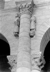 Ancienne abbaye Saint-Pierre - Eglise, chapiteau et statues de la nef