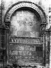 Eglise abbatiale Saint-Amand - Portail ouest, arcature aveugle, à gauche