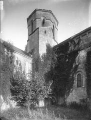 Eglise Saint-Pierre - Détail de la nef et du clocher, au sud