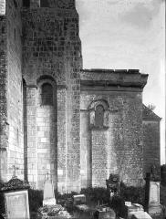 Eglise Saint-Pierre - Abside, au sud, fenêtre carolingienne