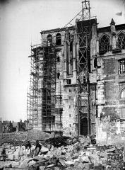 Ancienne collégiale Saint-Quentin - Partie latérale sud, échafaudage du grand portail
