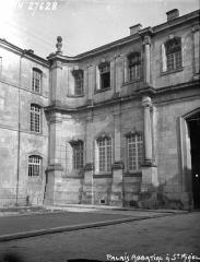 Ancienne abbaye - Palais abbatial, deux façades, angle rentrant