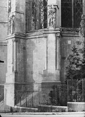 Cathédrale Notre-Dame - Contreforts de l'abside, haut-reliefs