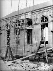 Evêché - Façade, fenêtre en restauration