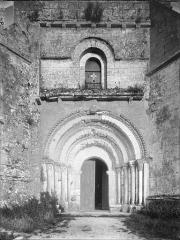 Eglise Saint-Romain - Portail et fenêtre à l'ouest