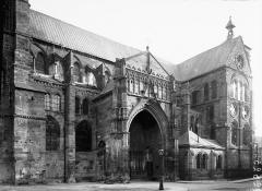 Eglise Notre-Dame-en-Vaux et son cloître - Façade sud: portail