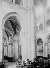 Eglise Notre-Dame-en-Vaux et son cloître - Bas-côté et nef: vue diagonale
