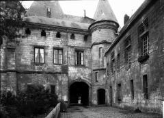 Ancien palais épiscopal, ancien palais de justice, actuellement musée départemental de l'Oise - Cour arrière : vue d'ensemble