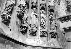 Eglise Saint-Saulve - Grand porche : départs de voussures, statues de saints
