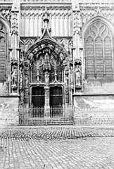 Eglise Saint-Saulve - Portail latéral et fenêtre