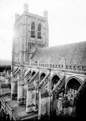 Collégiale, puis cathédrale Notre-Dame, actuellement église paroissiale Notre-Dame - Arcs-boutants et partie supérieure du clocher