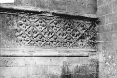 Collégiale, puis cathédrale Notre-Dame, actuellement église paroissiale Notre-Dame - Soubassement, détail: fleur de lys