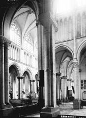 Collégiale, puis cathédrale Notre-Dame, actuellement église paroissiale Notre-Dame - Bas-côté nord et nef: vue diagonale