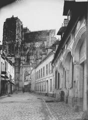 Eglise Saint-Vulfran ou ancienne collégiale - Partie sud vue d'une rue