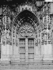 Eglise Saint-Vulfran ou ancienne collégiale - Portail ouest: porte centrale, vue axiale