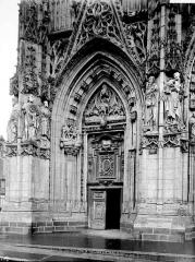 Eglise Saint-Vulfran ou ancienne collégiale - Portail ouest: porte de gauche