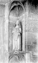 Eglise Saint-Pierre - Portail: Statue