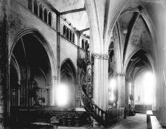 Eglise Sainte-Croix - Nef: vue diagonale