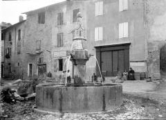 Fontaine sur la place - Vue d'ensemble, maisons en arrière-plan