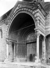 Eglise Notre-Dame (ancienne cathédrale) - Porche du Réal : vue diagonale