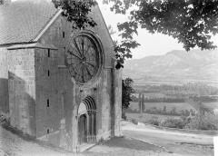Eglise - Façade ouest et rosace: vue diagonale