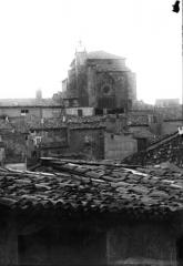 Eglise paroissiale Saint-Blaise et vestiges de l'ancien prieuré Saint-Mayeul - Vue en arrière-plan de maisons