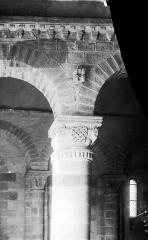 Eglise Saint-Menoux - Chapiteau et arcs