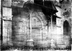 Eglise Saint-Rémy - Façade ouest: petit portail du XVe abrité sous un portique en bois