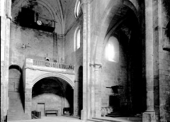 Abbaye de Fontfroide - Détail intérieur: escalier et tribune