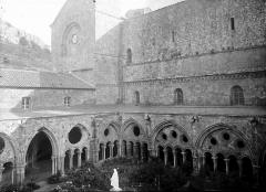Abbaye de Fontfroide - Cloître: ensemble sur la cour, angle sud-est