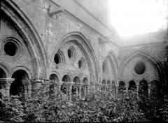 Abbaye de Fontfroide - Cloître: détail des arcs sur la cour