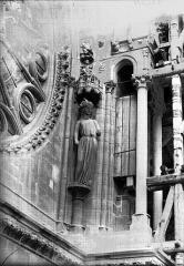 Cathédrale Notre-Dame - Statue au côté nord de la rose sud, la Synagogue