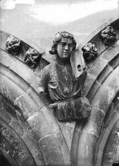 Cathédrale Notre-Dame - Cariatide au-dessous de la rose sud, joueur de violon