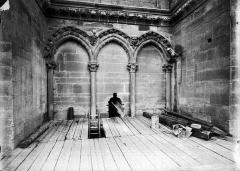 Cathédrale Notre-Dame - Partie en retrait à la base de la tour sud-ouest, arcature triple