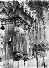 Cathédrale Notre-Dame - Portail ouest, statue entre la porte centrale et la porte de droite
