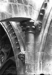 Cathédrale Notre-Dame - Chapiteau et têtes d'amortissement, bras sud du transept