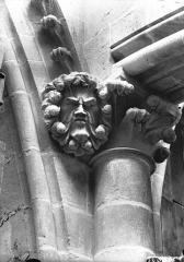 Cathédrale Notre-Dame - Chapiteau et têtes d'amortissement, masque feuille