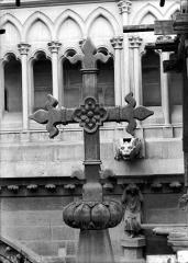 Cathédrale Notre-Dame - Croix couronnant un pinâcle de l'abside