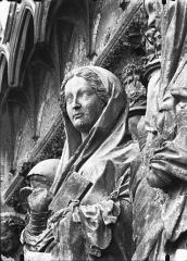 Cathédrale Notre-Dame - Portail ouest, buste de la Vierge de la Visitation